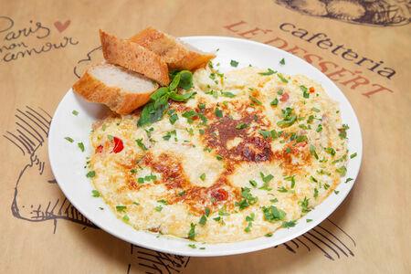 Омлет с сыром, томатом и беконом