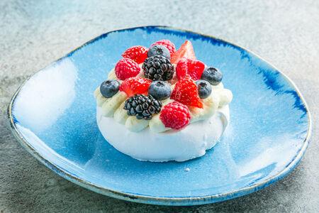 Десерт Павлова со свежими ягодами