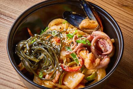 Удон с морепродуктами и соусом том ям