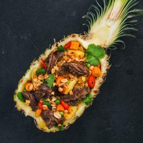 Рис по-тайски в ананасе с говядиной