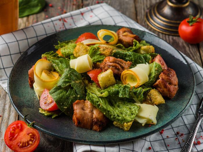 Теплый салат с курицей и копченым сулугуни