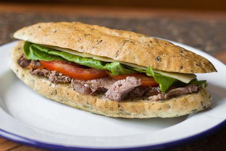 Сэндвич с ростбифом, луковым конфитюром и сыром