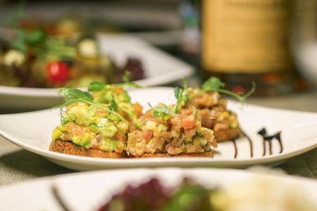 Брускетта с лососем собственного посола и авокадо
