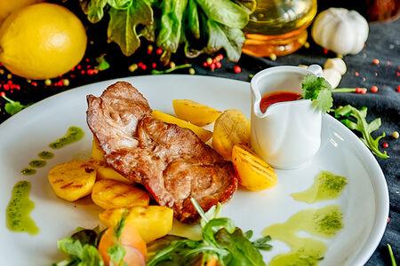 Свиная корейка на гриле с жареным картофелем
