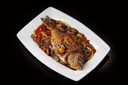 Морская рыба на воке в стиле \