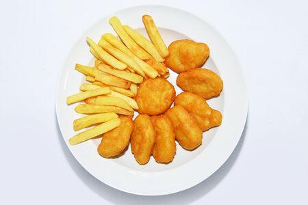 Наггетсы с куриной грудкой и картошкой фри