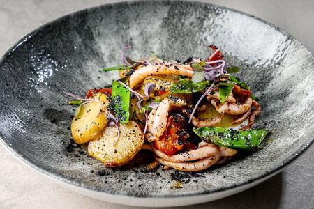 Салат с щупальцами кальмара и молодым картофелем