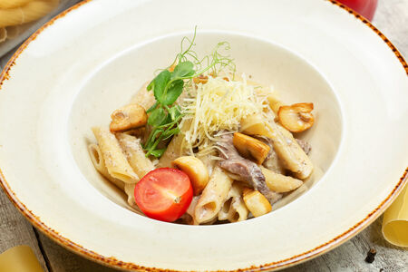 Пенне с телятиной и соусом из белых грибов