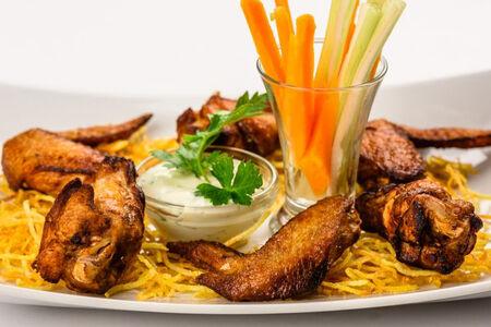 Куриные крылышки с картофелем пай и соусом блю-чиз