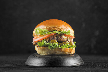 Острый бургер с тремя видами мяса
