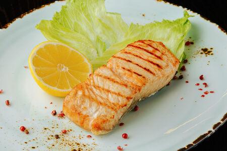 Стейк лосося с зеленым салатом