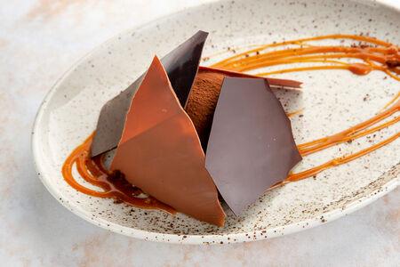 Десерт Шоколадный мусс с карамелью и брауни