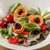 Фото к позиции меню Салат овощной с лососем шеф-посола