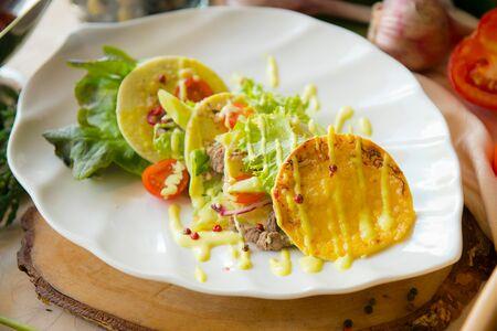 Салат с мраморной говядиной гриль на сырной тортилье