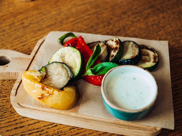 Овощи на гриле с йогуртовой заправкой