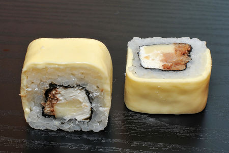Запеченный ролл Три сыра с угрем