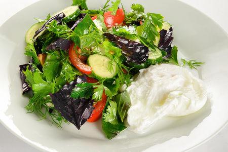 Салат с имеретинским сыром и яйцом пашот
