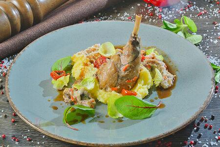 Ножка кролика, томленная с кореньями в сливочном соусе