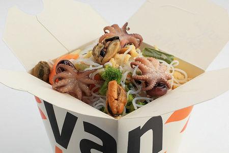 Рисовая лапша вок с осьминожками и мидиями в соусе Пекин