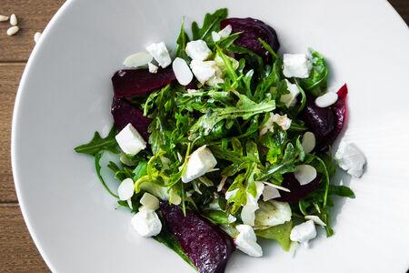 Салат с печеной свеклой и мягким сыром