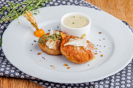 Куриные котлеты с сырным соусом