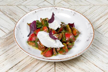 Салат из сезонных томатов