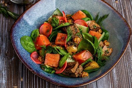 Салат со слабосоленым лососем, печеным картофелем и жженым хлебом