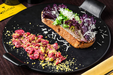 Тар-тар из говядины с соусом гриль