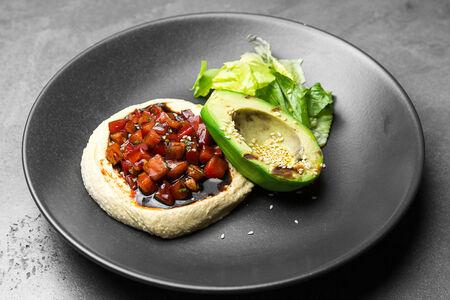 Авокадо на гриле с тартаром из спелых томатов