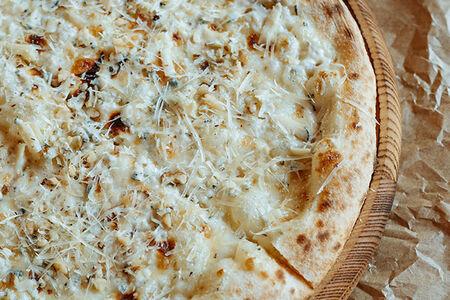 Пицца Четыре сыра с орехом