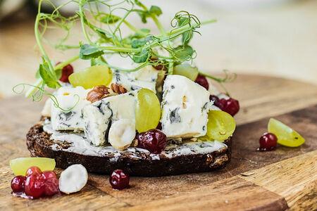 Сморреброд с голубым сыром и брусникой