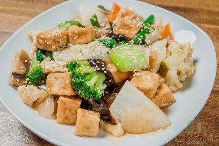 Тофу с овощами в остром соусе