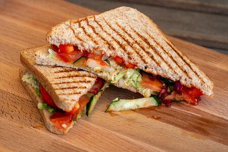 Сэндвич овощной с хумусом и сладким чили