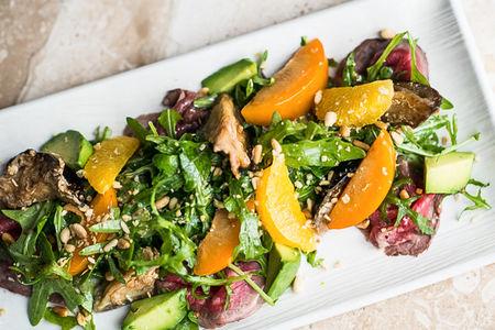 Салат с ростбифом и сливой