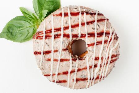 Пончик Клубника-базилик-творожный крем