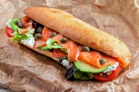 Сэндвич с малосольным лососем, мягким сыром и авокадо