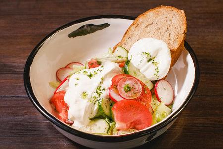 Салат из свежих овощей с яйцом пашот