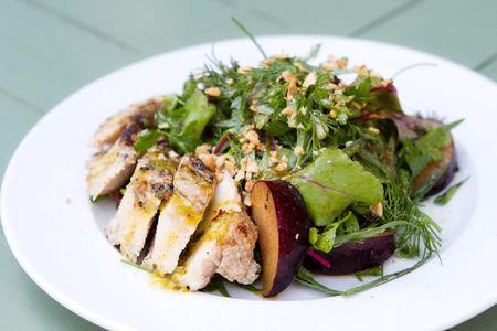 Зеленый салат со сливами, орехами и куриной грудкой