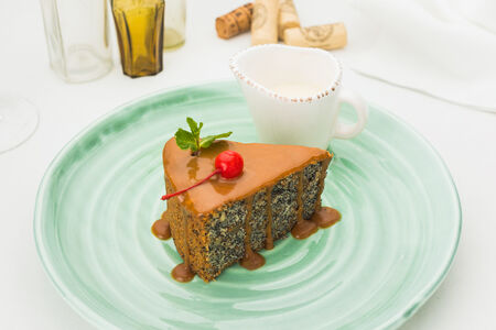 Маковый торт с ванильным соусом