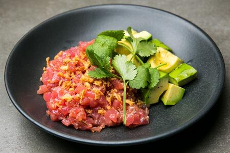 Тартар из розового тунца с авокадо