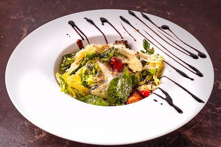 Теплый салат с телятиной и бальзамическим соусом
