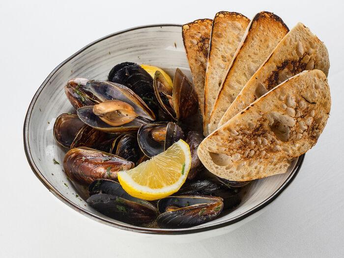 Мидии с черным перцем в винном соусе