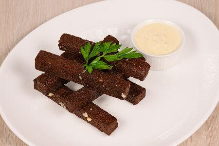 Гренки бородинские с чесноком и соусом дор-блю