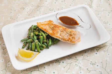 Стейк из лосося с фасолью