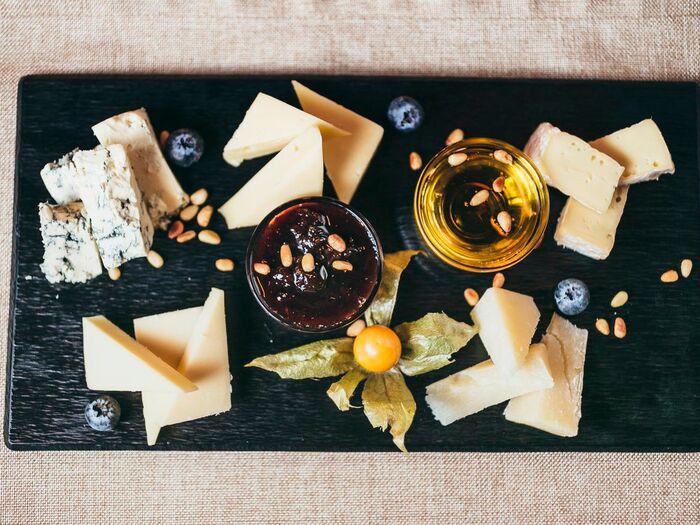 Сырная тарелка с медом, орехами и сливовым вареньем