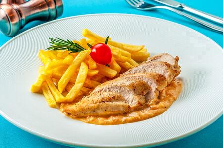 Куриная грудка с картофелем фри