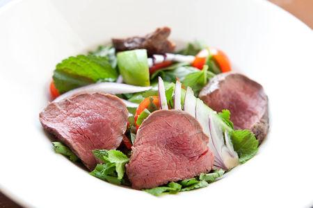 Салат из говядины, обжаренной на гриле с кинзой и мятой