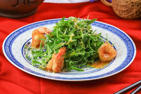 Легкий салат из креветок и рукколы