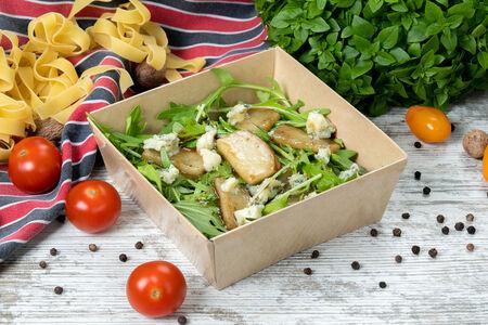 Салат с рукколой, грушей и сыром горгондзола