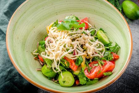 Салат овощной с сыром сулугуни